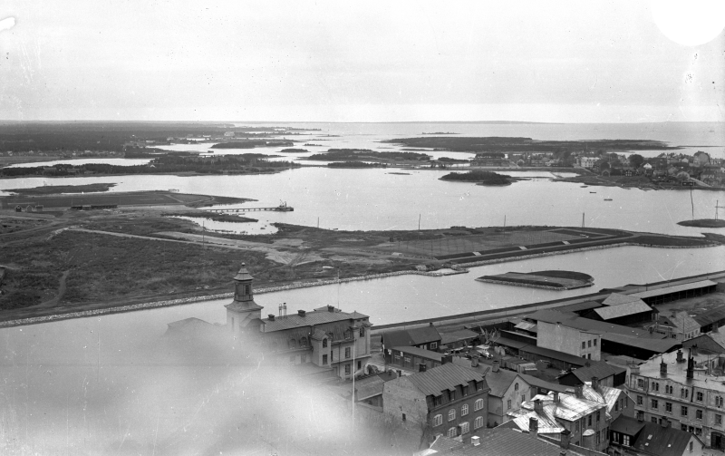 Fredriksskans från vattentornet, med den återöppnade kanalen. Malmfjärden och öarna i norr.