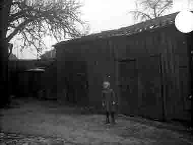 """Lilla Dammgatan, kv Granen, """"Hökaboet"""" vedbodar 1936"""