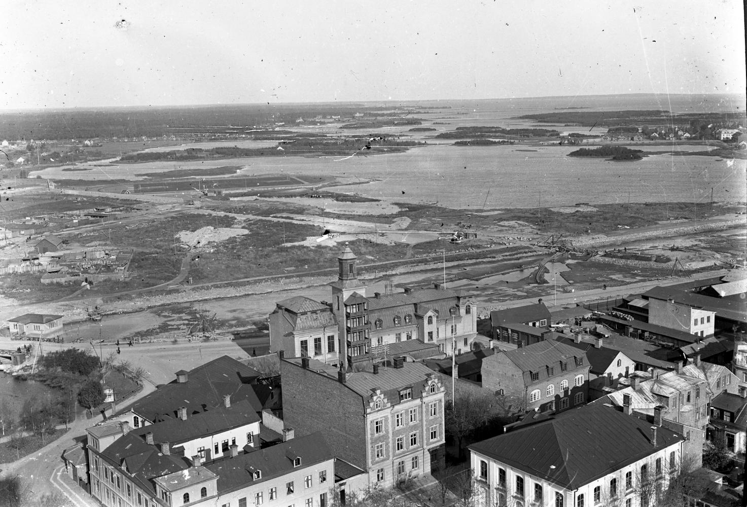 Den torrlagda Fredriksskanskanalen och Malmfjärden från vattentornet