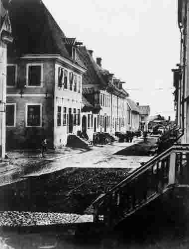 Kaggensgatan med Jordbrovalvet i bakgrunden och många trappor. omkr 1890