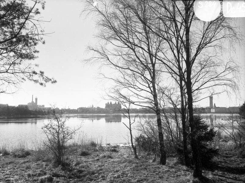 Kvarnholmnen från Lindö över Malmfjärden, med kvarnen, domkyrkan och vattentornet
